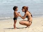 Mariah Rocha curte praia com o filho e exibe boa forma