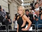 Suposto affair de David Beckham, cantora usa vestido sexy em evento
