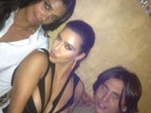 Kim Kardashian usa vestido com recortes estratégicos e exibe 'fartura'