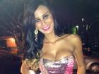 Lorena Bueri usa vestido tomara que caia em show em Goiânia