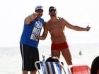 Melhores amigos! Depois de noitada,  Yuri e Bambam curtem praia no Rio