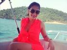 Em Angra, Graciella Carvalho posa em iate e quase mostra demais