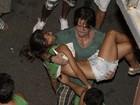 Herói! Ex-BBB Rodrigo ajuda foliã desmaiada em show da banda Eva