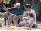 Beth Goffman tem dia de piquenique com filhas gêmas no parque
