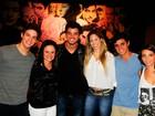 Rodrigo Simas vai a teatro com parceira da Dança dos Famosos