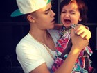 Será que já está treinando? Justin Bieber posta foto segurando neném