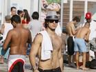 Emiliano D'Avila caminha sem camisa em praia no Rio
