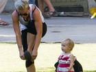 Pink troca salto por sapatilha para brincar com a filha