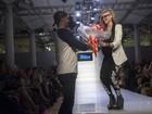 Avril Lavigne ganha flores em evento de moda em Nova York