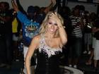 Andrea de Andrade se empolga e mostra demais em noite de samba