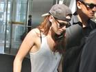 Kristen Stewart usa boné de Robert Pattinson para viajar, diz agência