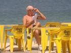 Marcos Caruso curte sol, pedala e conversa com loira em praia do Rio