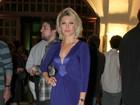 Antônia Fontenelle usa vestido decotado em premiação de cinema