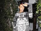 Rihanna usa short curtinho para jantar