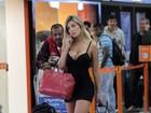De vestido curtíssimo, Andressa Urach atrai olhares em aeroporto