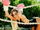Gil Jung empina bumbum em fotos como boxeadora sexy