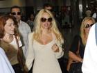Com as pernas de fora, Pamela Anderson desembarca no Rio