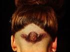 Lady Gaga faz tatuagem na cabeça