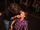 Milena Toscano é maquiada em bastidores de evento paulista