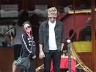Grávida? Avril Lavigne exibe barriguinha em passeio com o noivo