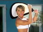 Amanda Pinheiro, do 'Zorra Total', mostra o corpão em ensaio de biquíni