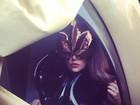 Lady Gaga posta foto mascarada em carruagem futurista