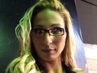 De óculos, Valesca Popozuda aparece com look intelectual
