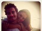 Thiago Martins posta foto romântica com Paloma Bernardi em rede social