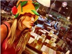 Fazendo biquinho, Giovanna Ewbank usa chapéu divertido em festa