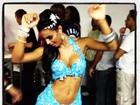 Gata do Paulistão usa vestido ousado para noite de samba