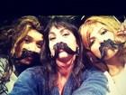 Panicats posam de peruca e bigodão e ficam irreconhecíveis em foto