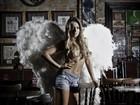 Carol Narizinho posa de short e com asas de anjo