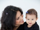 Aline Barros e a filha, Maria Catherine, posam com roupas iguais