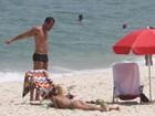 Malvino Salvador e Sophie Charlotte curtem praia no Rio