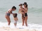 Giovanna Antonelli curte dia de praia em família com biquíni comportado