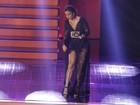 Mesmo de vestido longo, Ivete Sangalo exibe as pernas em premiação