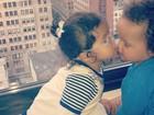 Mariah Carey posta foto dos filhos gêmeos dando um beijinho