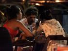 Depois de praia, Caio Castro vai a restaurante com amigas