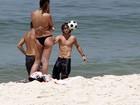 Kayky Brito joga futebol e exibe tanquinho em praia carioca