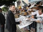 Justin Timberlake distribui autógrafos em première de filme