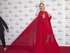 Ops! Homem pisa no vestido de Karolina Kurkova em evento nos EUA
