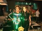 Gaby Amarantos posa com Claudia Abreu nos bastidores de novela