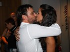 Marcelo Faria ganha beijo da mulher após estreia de peça