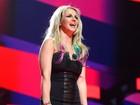 Britney Spears usa vestido curtinho em festival. Veja frente e verso