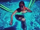 Carol Francischini relaxa a barriguinha de grávida na piscina