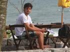 Rodrigo Simas estuda texto em quiosque na orla carioca