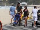 Ricardo Pereira passeia com o filho em orla carioca