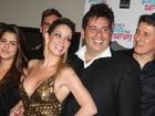 Magra e decotada, Danielle Winits vai a pré-estreia no Rio