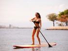 Nívea Stelmann faz stand up paddle em praia do Rio