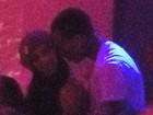 Chris Brown e Nicole Scherzinger trocam beijos em boate